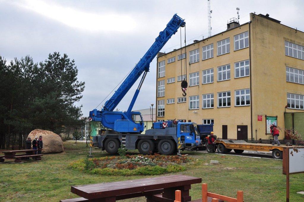 Pomnikowy głaz przy Zespole Szkół w Rybnie