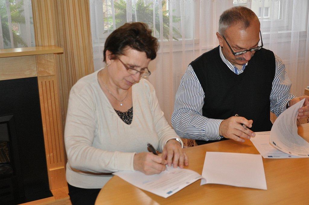 Podpisanie umowy na dostawę Internetu