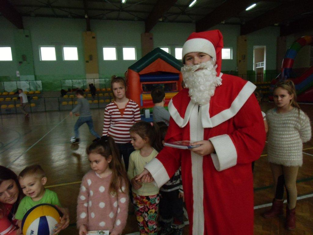 Dzieci bawiły się z Mikołajem