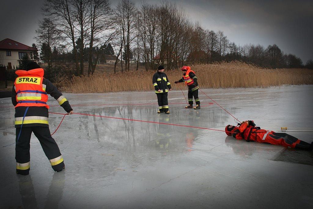Ćwiczenia strażaków na lodzie
