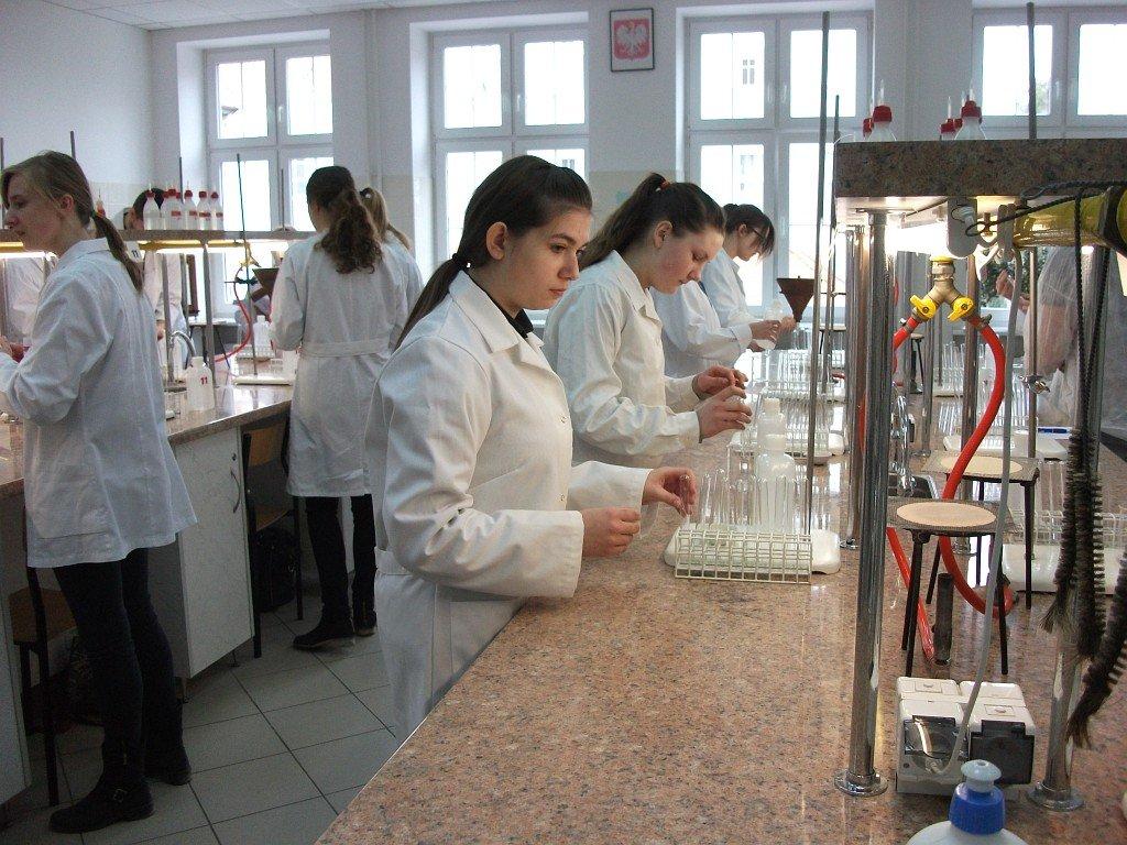 Uczniowie ZS Rybno na zajęciach laboratoryjnych