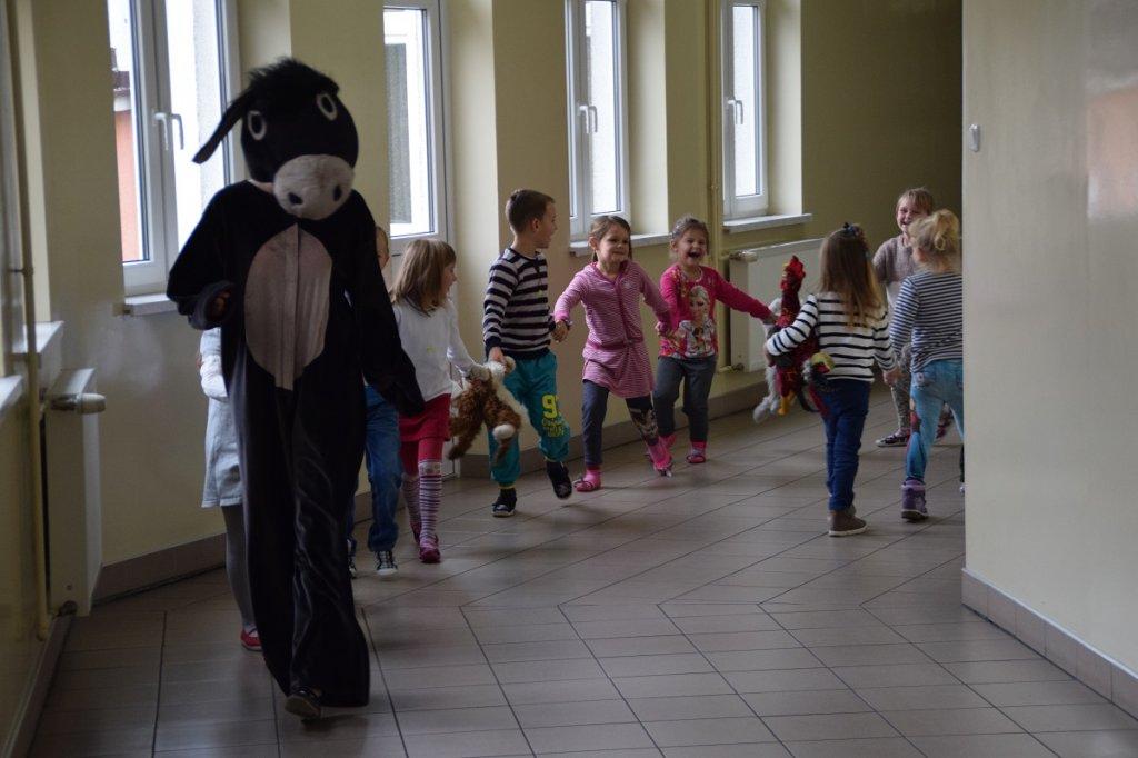 Przedszkolaki na przedstawieniu Muzykantów z Bremy