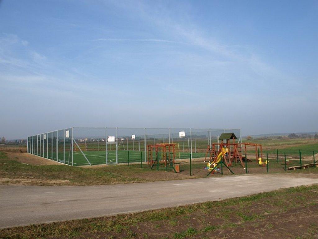Remont boiska przy SP w Rybnie - podpisanie umowy