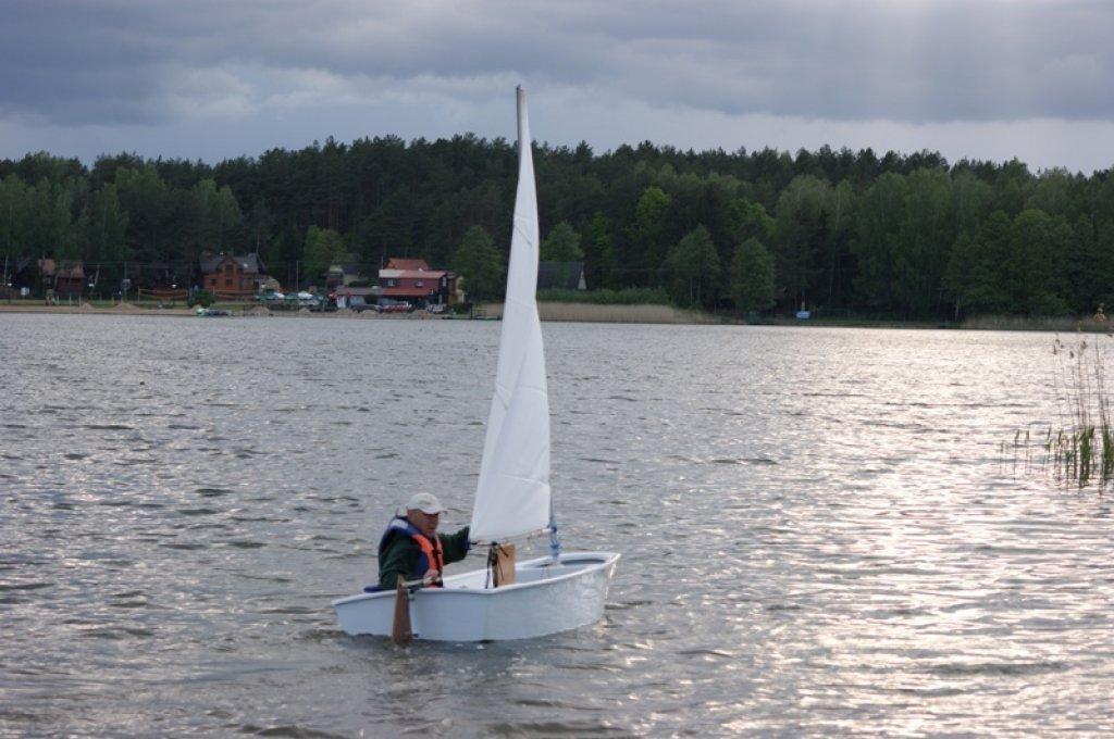 Białe żagle na jeziorze hartowieckim