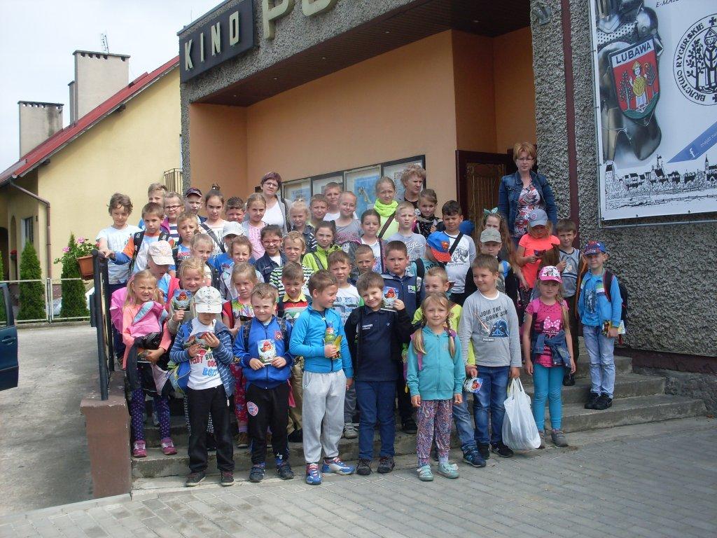 Żabiny: Z okazji Dnia Dziecka uczniowie pojechali do kina