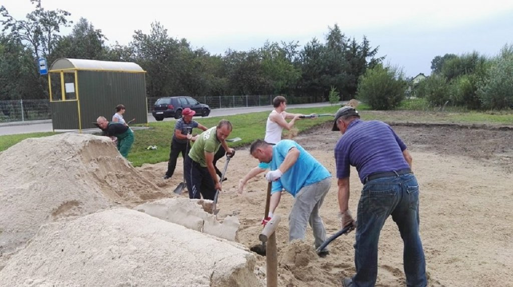 Żabiny: Mieszkańcy rozpoczęli budowę boiska do piłki plażowej