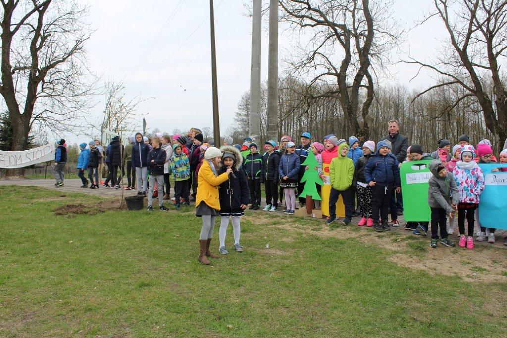 Uczniowie posadzili drzewa