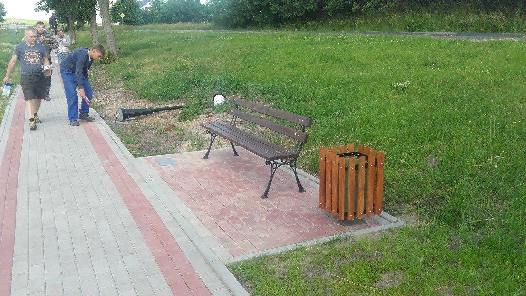 Montaż lamp oraz ławek na deptaku w Żabinach