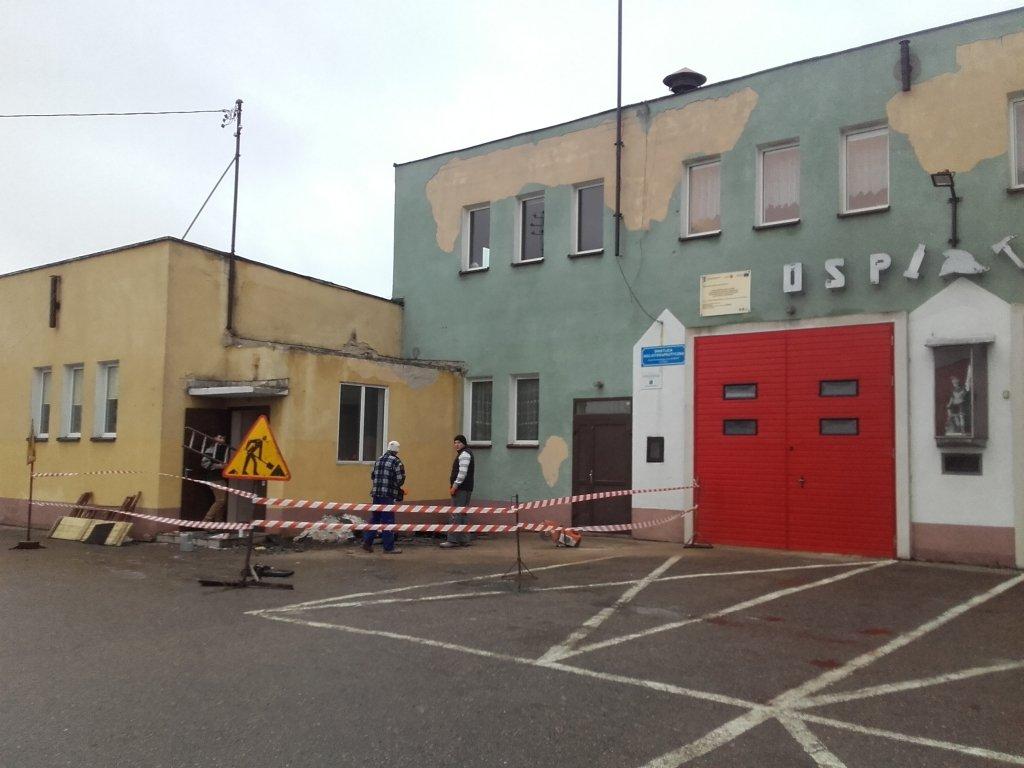 Remont wejścia do sali OSP w Rybnie