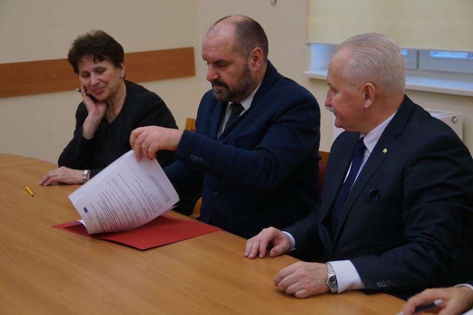 Podpisanie umowy na budowę sali sportowej w Koszelewach