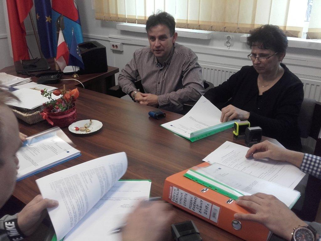Podpisanie umowy na modernizację szkoły w Żabinach