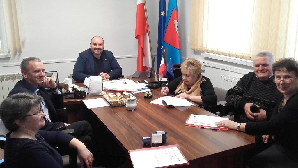 Umowa na budowę sali sportowej w Koszelewach