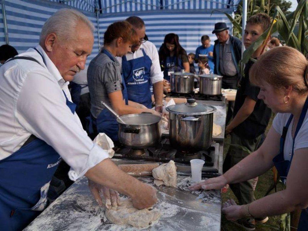Skosztuj lokalnych specjałów na kulinarnych festiwalach