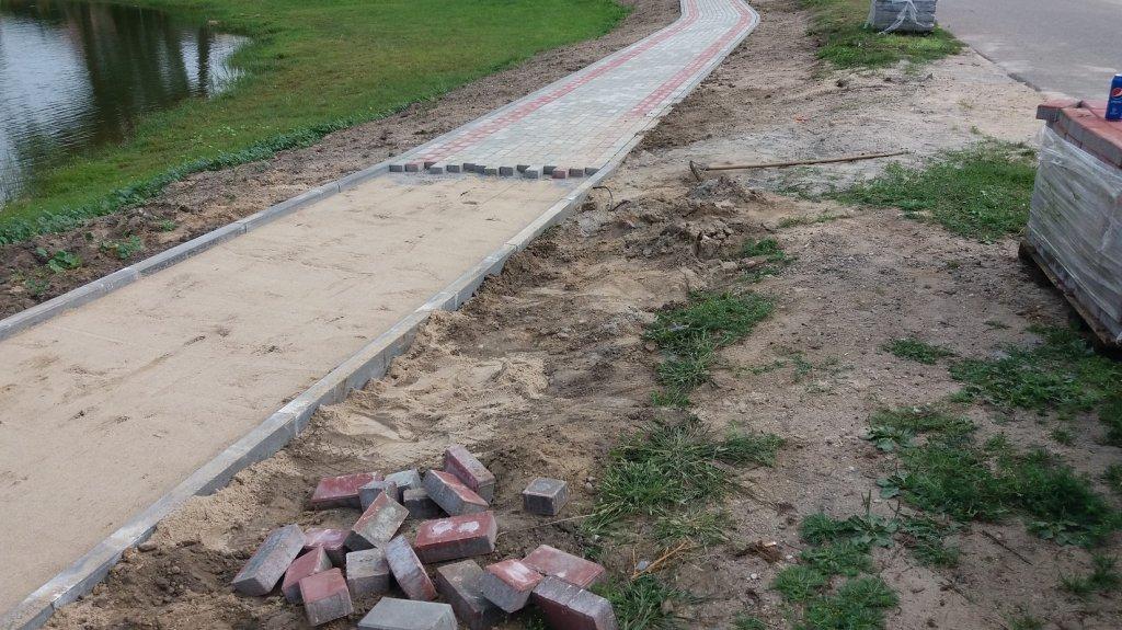 Żabiny: Mieszkańcy budują drugą część deptaka