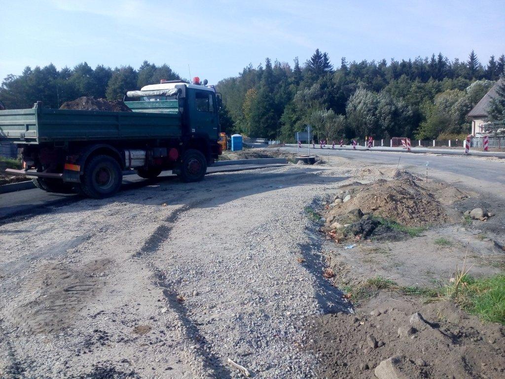 Pierwsze tony asfaltu na rondzie w Tuczkach