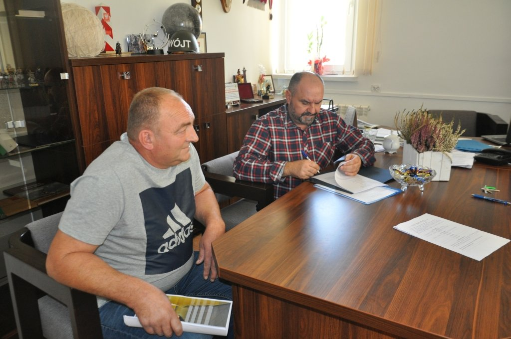 Żabiny: podpisanie umowy na budowę podjazdu przy szkole